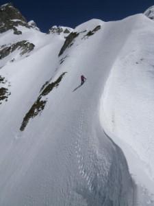 グサグサの急斜面を登る