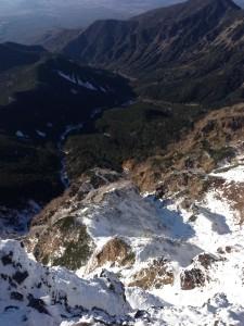 上部岩壁から登ってきた石尊稜を見下ろす