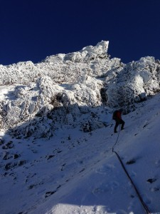 石尊峰をバックに最終ピッチ