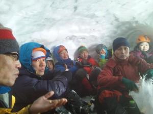 雪洞にて休憩中