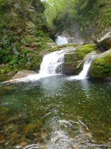 奥の滝は滑りやすい