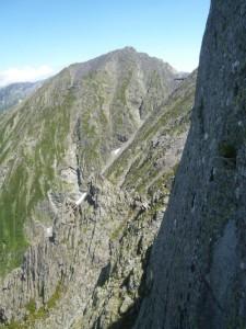 途中から見た涸沢岳と穂高岳山荘。ジャンの北壁が立ってます