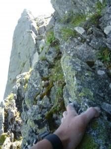 途中、5m程の垂直(?)のクライムダウンと岩屑のたまった凹角登りがある。スリップ注意