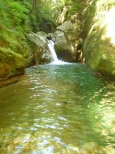 前回敗退した淵。今回は水量が3分の1ぐらい。泳いで滝の真ん中を登る