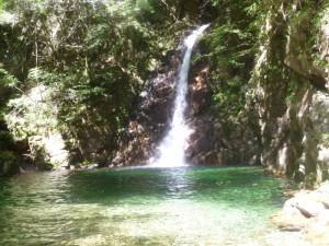 滝つぼが美しい滝。2本のデイジーの先にエイリアンを付け、クラックに交互に支点をとりながら登った