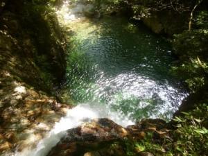 美しい滝つぼを上から見る。飛び越みたい衝動に駆られるが、滝つぼは深くない。